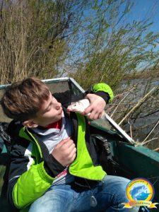 Юный рыбак с первым уловом
