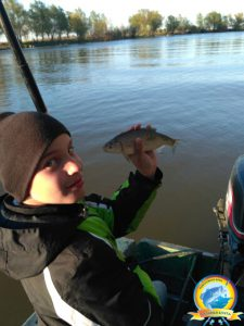 У юного рыбака отличный клёв рыбы