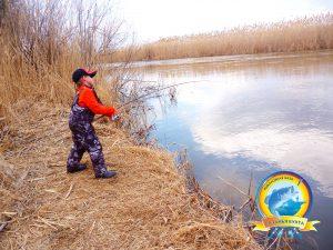 Юный рыбак ловит первые трофеи