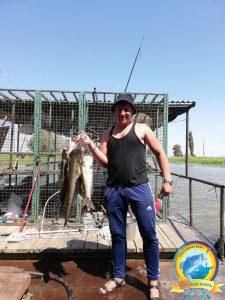 Счастливый рыбак хвастается своими уловами!!